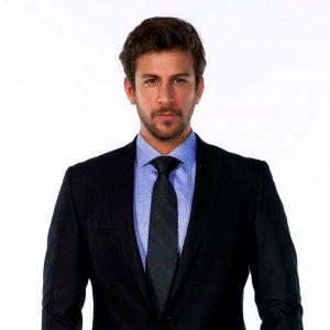 Биранд Тунджа в костюме с галстуком
