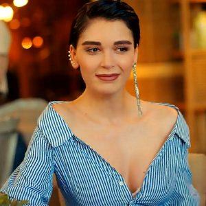 Актриса Севджан Ясар с очень глубоким декольте
