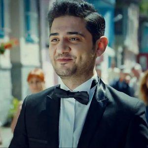 Мехмет Сихан Эрсан в свадебном костюме с бабочкой