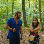 Пара на прогулке в лесу