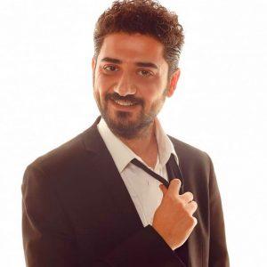 Мехмет Сихан Эрсан в костюме с галстуком