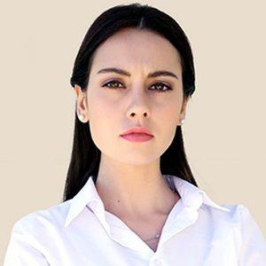 Актриса Тугче Кумрал в белой рубашке