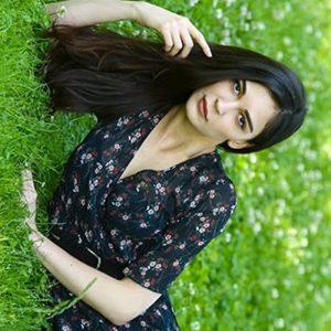 Севджан Ясар отдыхает на траве