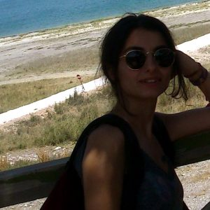 Актриса Сибель Сисман на море в очках
